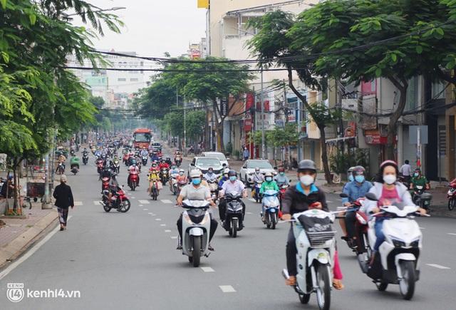 TP.HCM sáng đầu tuần sau nới lỏng giãn cách: Lâu lắm rồi mới thấy cảnh người dân chen chúc trên đường - Ảnh 12.
