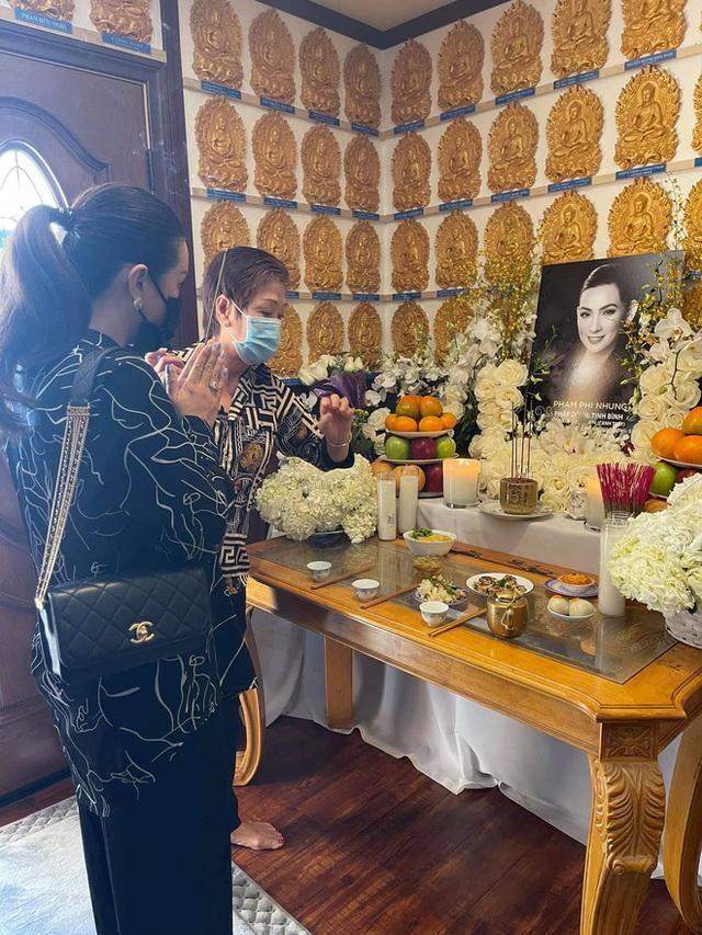 Lễ cúng thất đầu của ca sĩ Phi Nhung ở Mỹ: Con gái ruột và vợ cũ Bằng Kiều đội tang, Thanh Thảo - Thu Hoài cùng dàn sao Việt đến chia buồn - Ảnh 12.