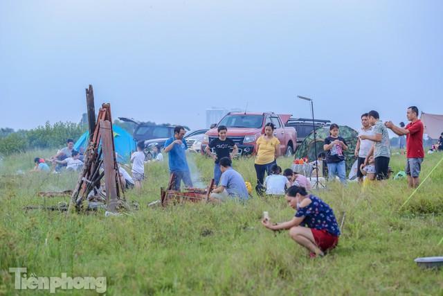 Nghìn người rủ nhau cắm trại dưới chân cầu Vĩnh Tuy sau nới lỏng giãn cách - Ảnh 12.