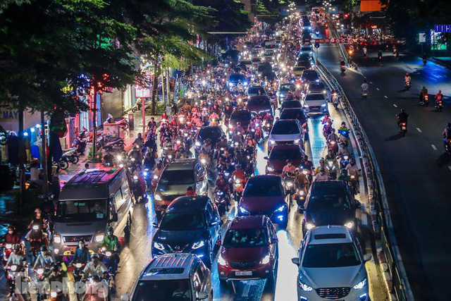 Đường phố Thủ đô tắc nghẹt sau cơn mưa lớn lúc tan tầm  - Ảnh 12.