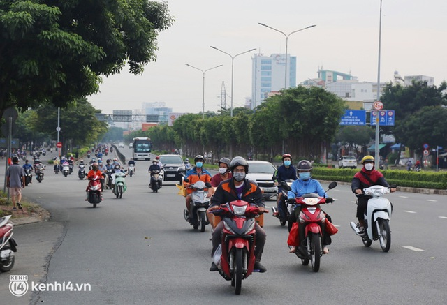 TP.HCM sáng đầu tuần sau nới lỏng giãn cách: Lâu lắm rồi mới thấy cảnh người dân chen chúc trên đường - Ảnh 13.