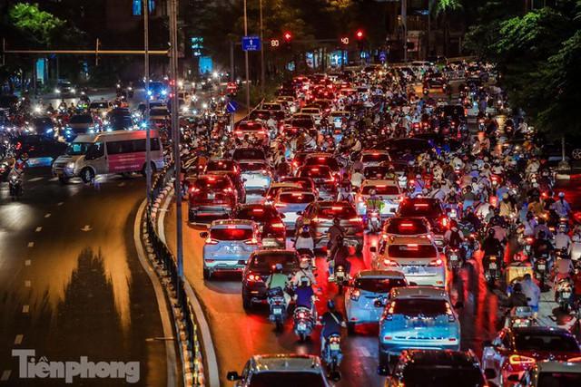 Đường phố Thủ đô tắc nghẹt sau cơn mưa lớn lúc tan tầm  - Ảnh 13.