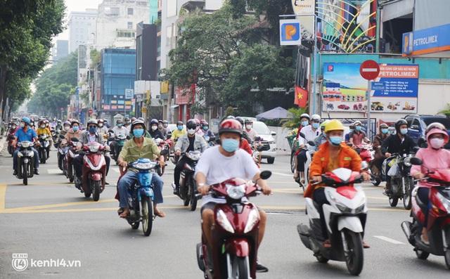 TP.HCM sáng đầu tuần sau nới lỏng giãn cách: Lâu lắm rồi mới thấy cảnh người dân chen chúc trên đường - Ảnh 14.