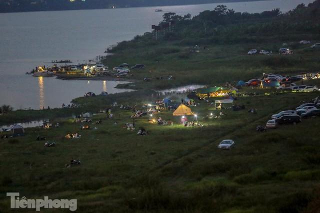 Nghìn người rủ nhau cắm trại dưới chân cầu Vĩnh Tuy sau nới lỏng giãn cách - Ảnh 14.