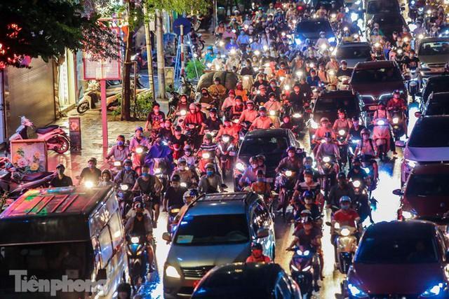 Đường phố Thủ đô tắc nghẹt sau cơn mưa lớn lúc tan tầm  - Ảnh 14.