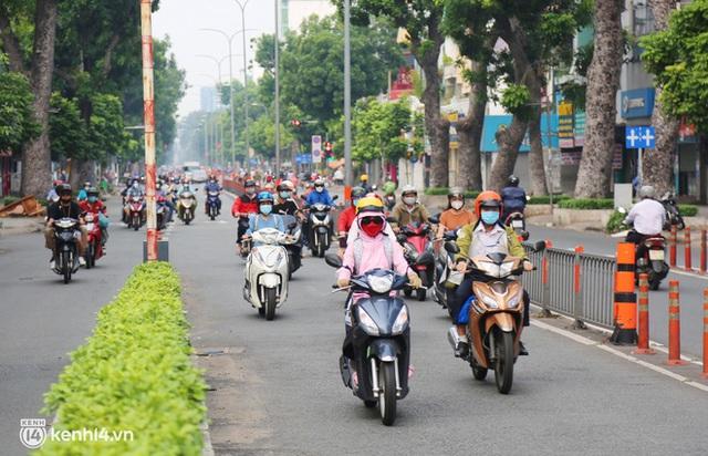TP.HCM sáng đầu tuần sau nới lỏng giãn cách: Lâu lắm rồi mới thấy cảnh người dân chen chúc trên đường - Ảnh 15.