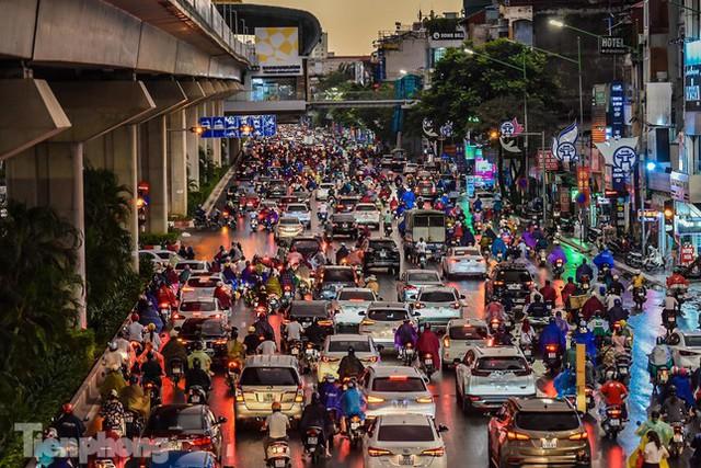 Đường phố Thủ đô tắc nghẹt sau cơn mưa lớn lúc tan tầm  - Ảnh 15.
