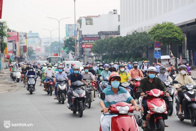 TP.HCM sáng đầu tuần sau nới lỏng giãn cách: Lâu lắm rồi mới thấy cảnh người dân chen chúc trên đường - Ảnh 16.