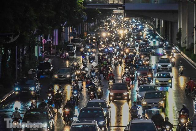 Đường phố Thủ đô tắc nghẹt sau cơn mưa lớn lúc tan tầm  - Ảnh 16.