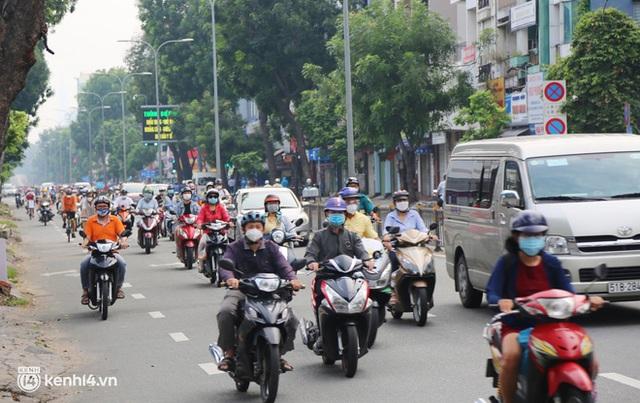 TP.HCM sáng đầu tuần sau nới lỏng giãn cách: Lâu lắm rồi mới thấy cảnh người dân chen chúc trên đường - Ảnh 17.
