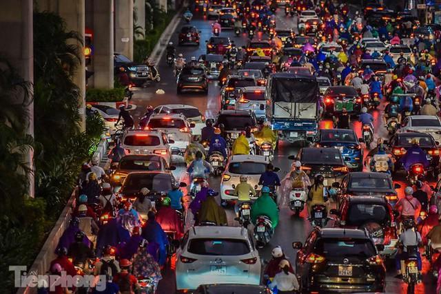 Đường phố Thủ đô tắc nghẹt sau cơn mưa lớn lúc tan tầm  - Ảnh 17.