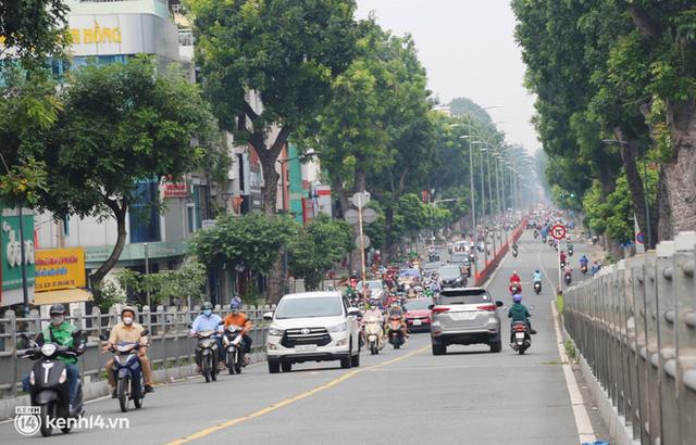 TP.HCM sáng đầu tuần sau nới lỏng giãn cách: Lâu lắm rồi mới thấy cảnh người dân chen chúc trên đường - Ảnh 18.