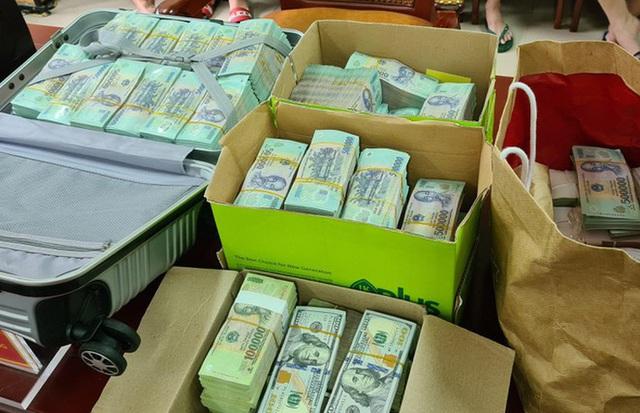 Cận cảnh hàng chục xe sang cùng lượng tiền mặt khủng vừa bị thu giữ trong đường dây đánh bạc ở Hà Nội - Ảnh 3.