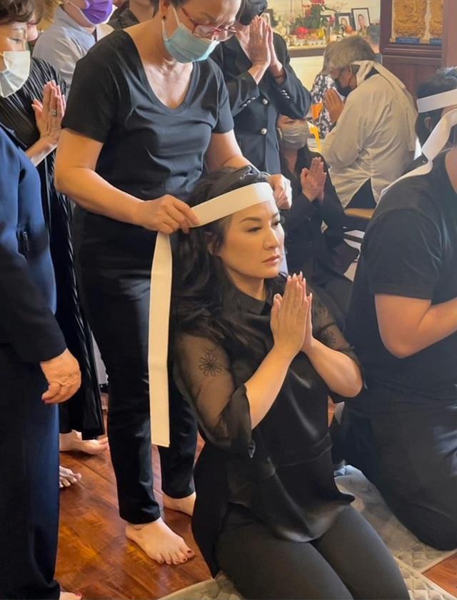 Lễ cúng thất đầu của ca sĩ Phi Nhung ở Mỹ: Con gái ruột và vợ cũ Bằng Kiều đội tang, Thanh Thảo - Thu Hoài cùng dàn sao Việt đến chia buồn - Ảnh 3.
