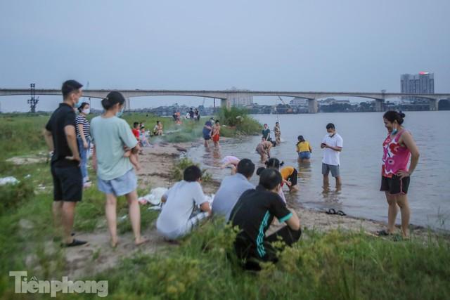 Nghìn người rủ nhau cắm trại dưới chân cầu Vĩnh Tuy sau nới lỏng giãn cách - Ảnh 3.