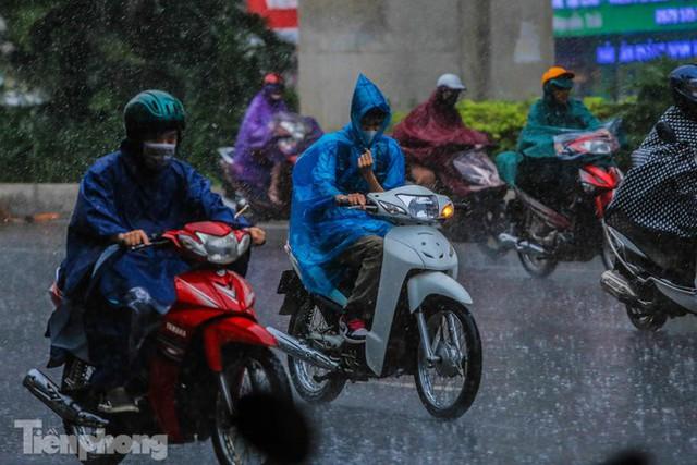 Đường phố Thủ đô tắc nghẹt sau cơn mưa lớn lúc tan tầm  - Ảnh 3.