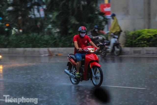 Đường phố Thủ đô tắc nghẹt sau cơn mưa lớn lúc tan tầm  - Ảnh 4.