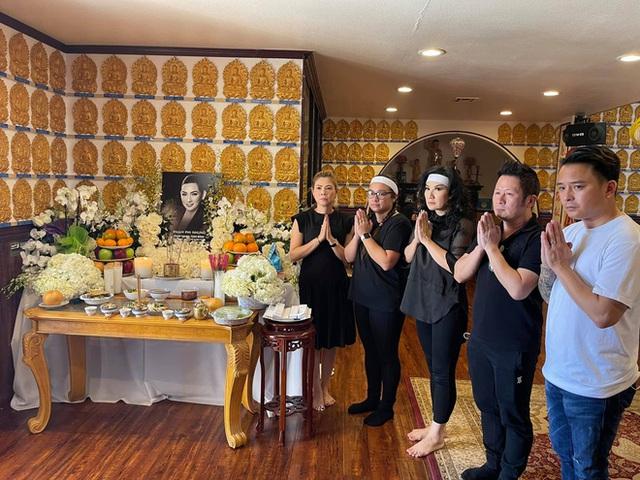 Lễ cúng thất đầu của ca sĩ Phi Nhung ở Mỹ: Con gái ruột và vợ cũ Bằng Kiều đội tang, Thanh Thảo - Thu Hoài cùng dàn sao Việt đến chia buồn - Ảnh 5.