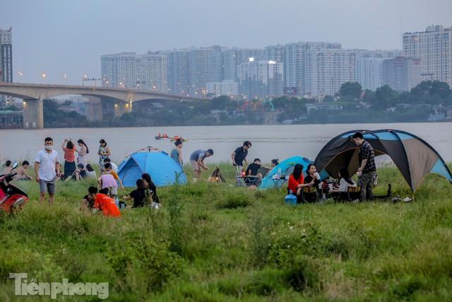 Nghìn người rủ nhau cắm trại dưới chân cầu Vĩnh Tuy sau nới lỏng giãn cách - Ảnh 5.