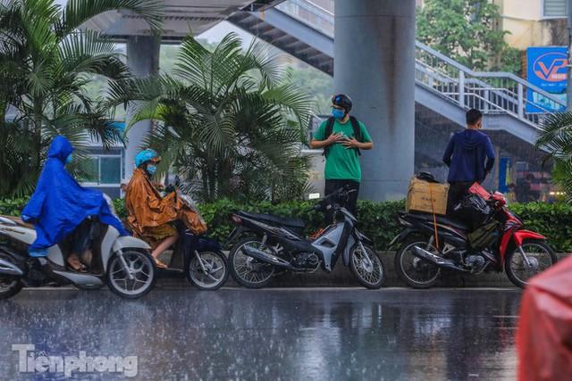 Đường phố Thủ đô tắc nghẹt sau cơn mưa lớn lúc tan tầm  - Ảnh 5.