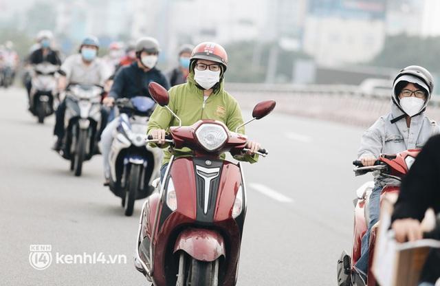 TP.HCM sáng đầu tuần sau nới lỏng giãn cách: Lâu lắm rồi mới thấy cảnh người dân chen chúc trên đường - Ảnh 6.