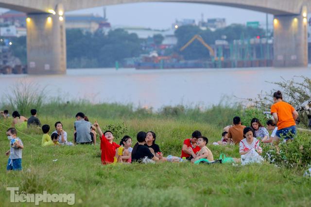 Nghìn người rủ nhau cắm trại dưới chân cầu Vĩnh Tuy sau nới lỏng giãn cách - Ảnh 6.