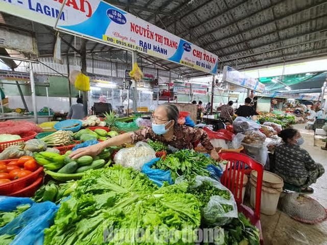 Đà Nẵng: Chợ truyền thống đìu hiu, hàng trăm tiểu thương mỏi mòn chờ khách - Ảnh 6.