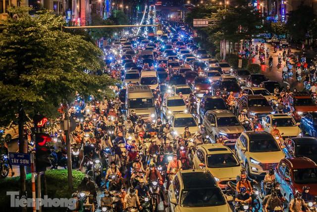 Đường phố Thủ đô tắc nghẹt sau cơn mưa lớn lúc tan tầm  - Ảnh 6.