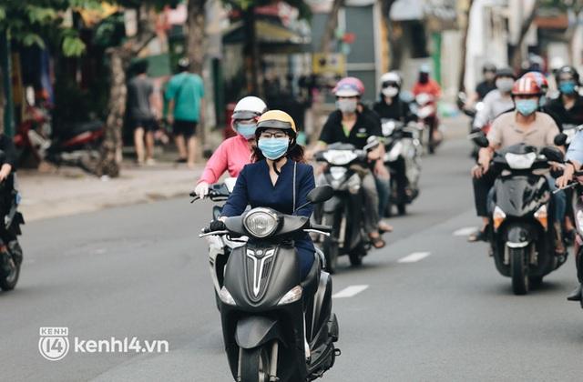 TP.HCM sáng đầu tuần sau nới lỏng giãn cách: Lâu lắm rồi mới thấy cảnh người dân chen chúc trên đường - Ảnh 7.
