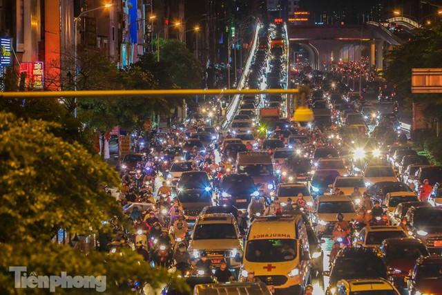 Đường phố Thủ đô tắc nghẹt sau cơn mưa lớn lúc tan tầm  - Ảnh 7.