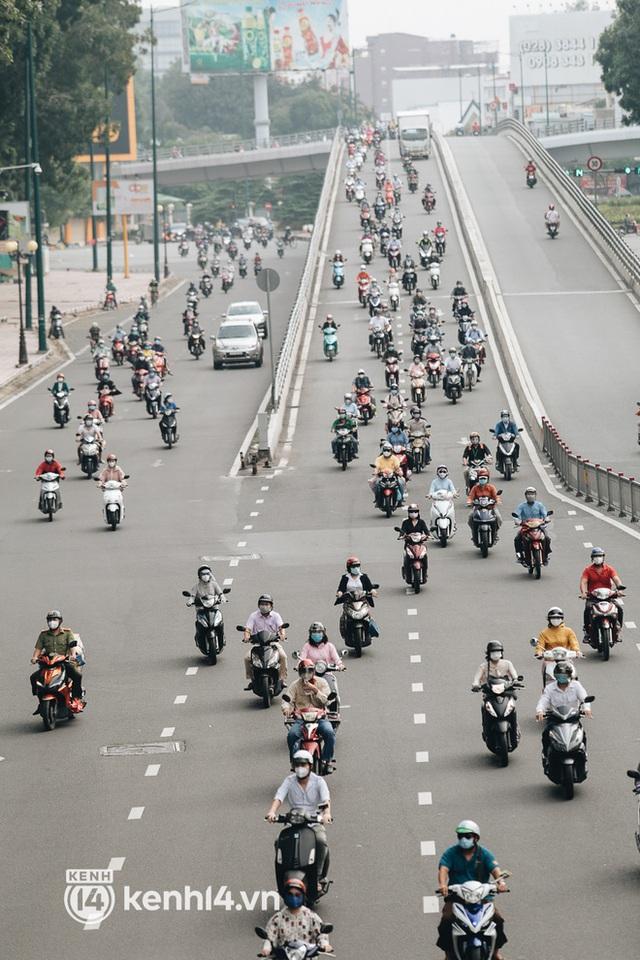 TP.HCM sáng đầu tuần sau nới lỏng giãn cách: Lâu lắm rồi mới thấy cảnh người dân chen chúc trên đường - Ảnh 8.