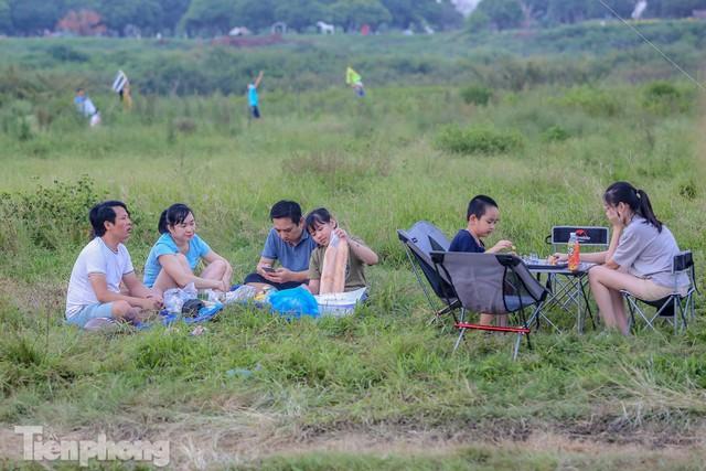 Nghìn người rủ nhau cắm trại dưới chân cầu Vĩnh Tuy sau nới lỏng giãn cách - Ảnh 8.