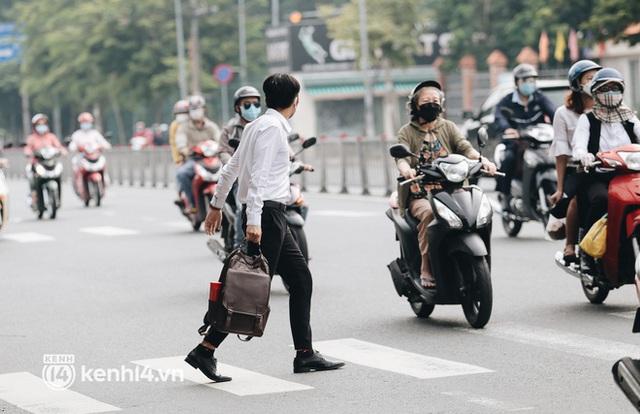 TP.HCM sáng đầu tuần sau nới lỏng giãn cách: Lâu lắm rồi mới thấy cảnh người dân chen chúc trên đường - Ảnh 9.