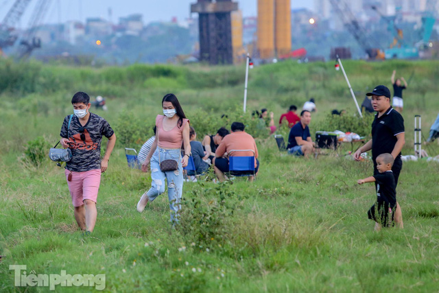 Nghìn người rủ nhau cắm trại dưới chân cầu Vĩnh Tuy sau nới lỏng giãn cách - Ảnh 9.