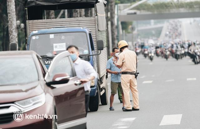 TP.HCM sáng đầu tuần sau nới lỏng giãn cách: Lâu lắm rồi mới thấy cảnh người dân chen chúc trên đường - Ảnh 10.