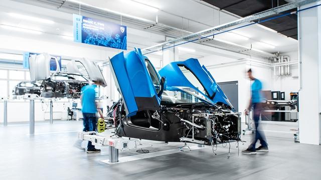 Mặc quần đùi, đi chân đất trong ngày nhận vương miện của thế giới hypercar, Mate Rimac - người nắm giữ chìa khoá của những chiếc siêu xe chạy điện là ai? - Ảnh 2.