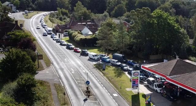 Cảnh thiếu xăng ở Anh: Xe xếp hàng cả dặm chờ đổ xăng, lượng người mua can tích trữ tăng 1.600% - Ảnh 1.