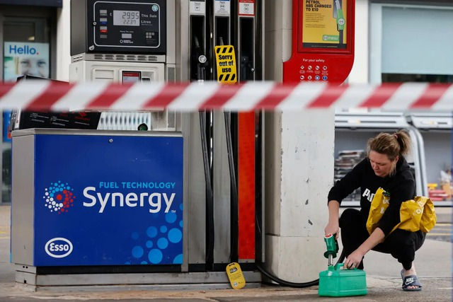 Cảnh thiếu xăng ở Anh: Xe xếp hàng cả dặm chờ đổ xăng, lượng người mua can tích trữ tăng 1.600% - Ảnh 2.