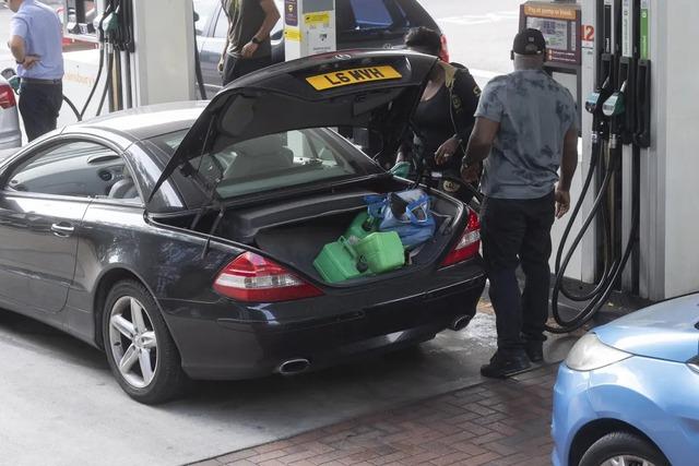 Cảnh thiếu xăng ở Anh: Xe xếp hàng cả dặm chờ đổ xăng, lượng người mua can tích trữ tăng 1.600% - Ảnh 3.