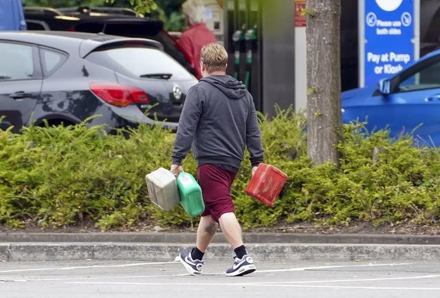 Cảnh thiếu xăng ở Anh: Xe xếp hàng cả dặm chờ đổ xăng, lượng người mua can tích trữ tăng 1.600% - Ảnh 6.