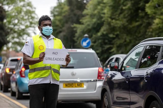 Cảnh thiếu xăng ở Anh: Xe xếp hàng cả dặm chờ đổ xăng, lượng người mua can tích trữ tăng 1.600% - Ảnh 8.