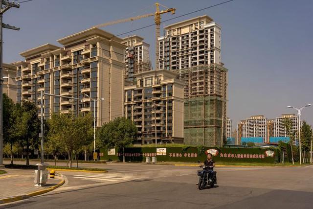 Tương lai của Evergrande khi nhìn vào thành phố 4 triệu dân: Hàng loạt dự án bị bỏ hoang, người mua chi cả trăm nghìn USD nhưng vô vọng chờ ngày nhận nhà  - Ảnh 1.