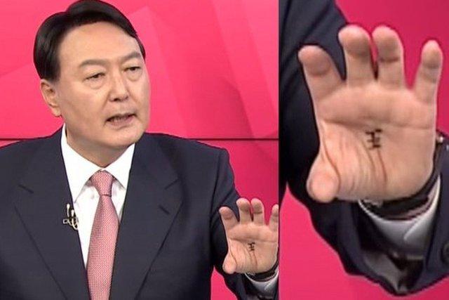 Ứng viên tổng thống Hàn Quốc viết chữ Trung Quốc lạ trong lòng bàn tay: Dân đồn ầm thần chú, tà giáo - Ảnh 1.