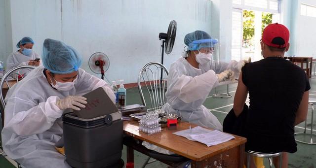 Đà Nẵng bắt đầu tiêm vắc xin Vero Cell phòng COVID-19  - Ảnh 2.
