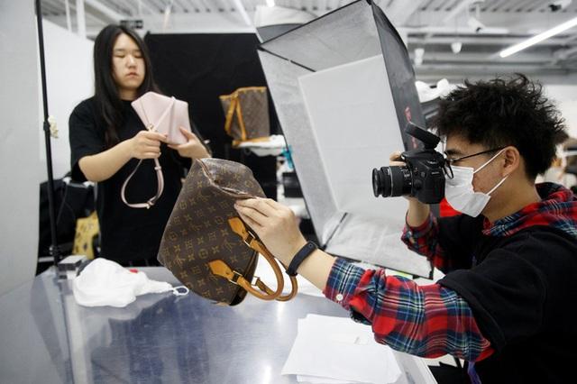 Nối tiếp đại dịch, cơn ác mộng tiếp theo đang xảy đến với thời trang xa xỉ: Đồ hiệu second-hand!  - Ảnh 1.