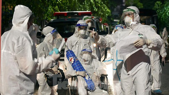 Bệnh viện Việt Đức tiến hành chuyển bệnh nhân sang 3 bệnh viện khác tại Hà Nội - Ảnh 13.