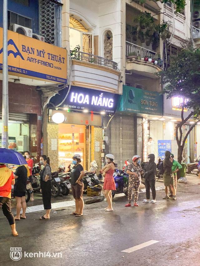 Hàng chục người xếp hàng dưới mưa mua ổ bánh mì đắt nhất Sài Gòn, có khách hốt chục cái ăn trả thù mùa dịch! - Ảnh 3.