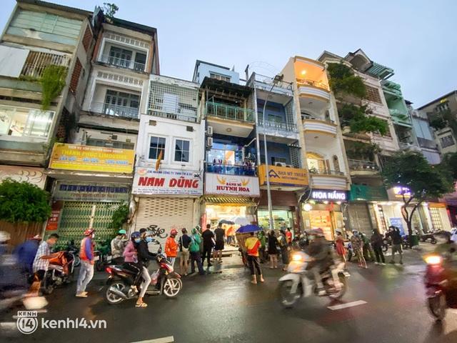 Hàng chục người xếp hàng dưới mưa mua ổ bánh mì đắt nhất Sài Gòn, có khách hốt chục cái ăn trả thù mùa dịch! - Ảnh 5.