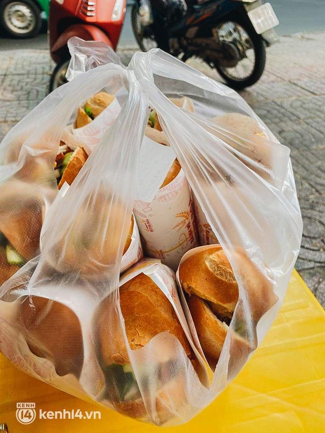 Hàng chục người xếp hàng dưới mưa mua ổ bánh mì đắt nhất Sài Gòn, có khách hốt chục cái ăn trả thù mùa dịch! - Ảnh 6.