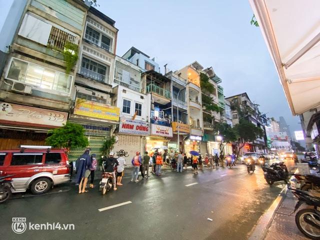 Hàng chục người xếp hàng dưới mưa mua ổ bánh mì đắt nhất Sài Gòn, có khách hốt chục cái ăn trả thù mùa dịch! - Ảnh 7.